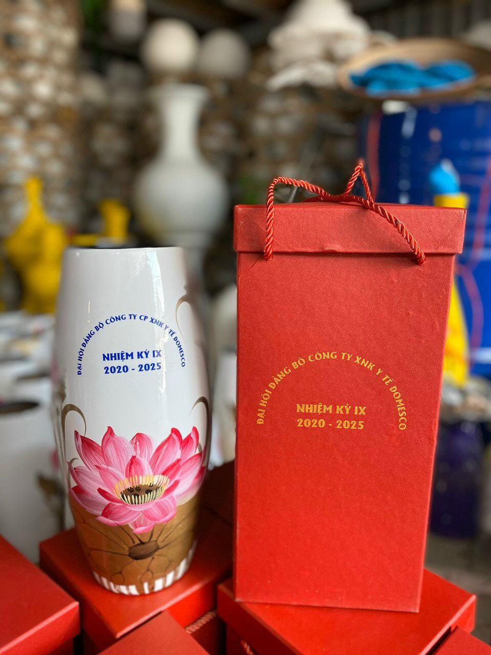 Lọ hoa sơn mài dáng bom in logo quà tặng Đại hội SM04